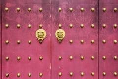 Κινεζικός ναός με τα ρόπτρα πορτών φυλάκων Στοκ Φωτογραφίες