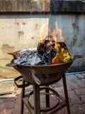 Κινεζικός παραδοσιακός για το κάψιμο του ασημένιου και χρυσού εγγράφου χρημάτων στα περασμένα μακριά πνεύματα προγόνων στοκ φωτογραφίες