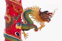 Κινεζικός πράσινος δράκος που τυλίγεται γύρω από τον κόκκινο πόλο Στοκ φωτογραφία με δικαίωμα ελεύθερης χρήσης