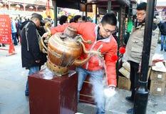 Κινεζικός προμηθευτής που πωλεί τα παραδοσιακά τοπικά πρόχειρα φαγητά Στοκ Εικόνες