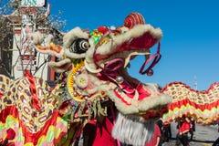 Κινεζικός δράκος κατά τη διάρκεια του χρυσού δράκου Parede. Στοκ Φωτογραφία