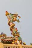 Κινεζικός δράκος στον πόλο στην όμορφη κινεζική λάρνακα Στοκ Φωτογραφίες