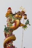 Κινεζικός δράκος στον πόλο στην όμορφη κινεζική λάρνακα Στοκ εικόνες με δικαίωμα ελεύθερης χρήσης