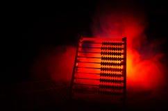Κινεζικός υπολογιστής με τις ζωηρόχρωμες χάντρες σκοτεινό υπόβαθρο καπνού πυρκαγιάς στο πορτοκαλί Φωτογραφία έννοιας της επιχείρη Στοκ Φωτογραφία