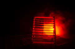 Κινεζικός υπολογιστής με τις ζωηρόχρωμες χάντρες σκοτεινό υπόβαθρο καπνού πυρκαγιάς στο πορτοκαλί Φωτογραφία έννοιας της επιχείρη Στοκ φωτογραφία με δικαίωμα ελεύθερης χρήσης