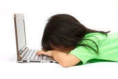 Κινεζικός ύπνος μικρών κοριτσιών μπροστά από ένα lap-top στοκ εικόνα με δικαίωμα ελεύθερης χρήσης