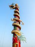 Κινεζικό άγαλμα δράκων στον πόλο Στοκ Φωτογραφίες