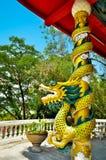 Κινεζικό άγαλμα δράκων ύφους που τυλίγεται γύρω από το κόκκινο πηγούνι πόλων και τέχνης Στοκ φωτογραφία με δικαίωμα ελεύθερης χρήσης