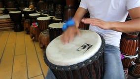 Κινεζικό άτομο που παίζει djembe στην παλαιά πόλη Lijiang, Yunnan, Κίνα απόθεμα βίντεο