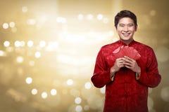 Κινεζικό άτομο στο angpao εκμετάλλευσης κοστουμιών cheongsam Στοκ Εικόνα