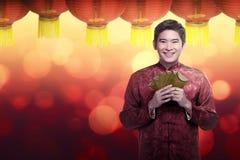 Κινεζικό άτομο στο angpao εκμετάλλευσης κοστουμιών cheongsam Στοκ εικόνα με δικαίωμα ελεύθερης χρήσης