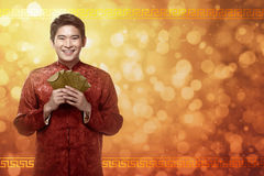 Κινεζικό άτομο στο angpao εκμετάλλευσης κοστουμιών cheongsam Στοκ εικόνες με δικαίωμα ελεύθερης χρήσης