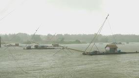 Κινεζικό δίχτυ του ψαρέματος, αλιευτικό σκάφος, εμβύθιση καθαρή, βροχή θύελλας, απόθεμα βίντεο