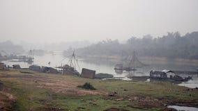 Κινεζικό δίχτυ του ψαρέματος, cantilever που αλιεύει, ομίχλη, ομιχλώδης, misty απόθεμα βίντεο