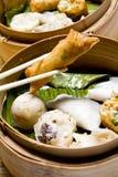 κινεζικό αμυδρό ποσό τροφί&m Στοκ Εικόνες