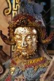 Κινεζικό αρσενικό άγαλμα αγγέλου που γεμίζουν με το χρυσό φύλλο Στοκ Εικόνες