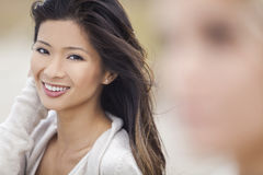 Κινεζικό ασιατικό κορίτσι γυναικών στην παραλία Στοκ φωτογραφία με δικαίωμα ελεύθερης χρήσης