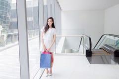 Κινεζικό ασιατικό χαμόγελο αγοραστών ευτυχές Στοκ Εικόνα