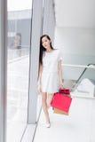 Κινεζικό ασιατικό χαμόγελο αγοραστών ευτυχές Στοκ Εικόνες