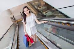 Κινεζικό ασιατικό χαμόγελο αγοραστών ευτυχές στοκ φωτογραφίες με δικαίωμα ελεύθερης χρήσης