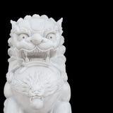 Κινεζικό αυτοκρατορικό άγαλμα λιονταριών που απομονώνεται στο μαύρο υπόβαθρο στοκ εικόνες
