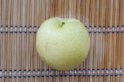 Κινεζικό αχλάδι στο χαλί Στοκ εικόνα με δικαίωμα ελεύθερης χρήσης