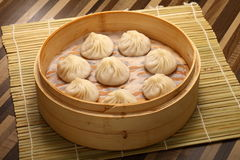 Κινεζικό βρασμένο στον ατμό κουλούρι που γεμίζουν με το χοιρινό κρέας και τα λαχανικά Στοκ Εικόνα