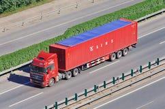 Κινεζικό εμπορευματοκιβώτιο γραμμών φορτηγών witk Κ στην οδό ταχείας κυκλοφορίας, Πεκίνο, Κίνα Στοκ Εικόνες