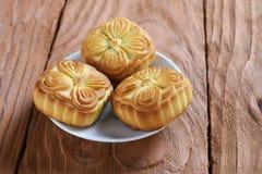 Κινεζικό επιδόρπιο κέικ φεγγαριών σε ένα πιατάκι Στοκ εικόνες με δικαίωμα ελεύθερης χρήσης