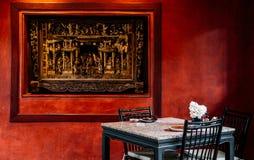 Κινεζικό εσωτερικό dinning δωμάτιο με το λαμπτήρα, πίνακας, ξύλινη καρέκλα και Στοκ Εικόνα