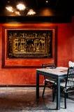 Κινεζικό εσωτερικό dinning δωμάτιο με το λαμπτήρα, πίνακας, ξύλινη καρέκλα και Στοκ φωτογραφία με δικαίωμα ελεύθερης χρήσης