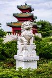 Κινεζικό λιοντάρι φυλάκων και ιαπωνικός κήπος της Zen παγοδών Στοκ φωτογραφίες με δικαίωμα ελεύθερης χρήσης