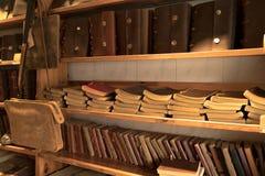 Κινεζικό κατάστημα βιβλίων, βιβλίο κάλυψης δέρματος στο ράφι, παλαιό βιβλίο στο ράφι Στοκ Φωτογραφίες