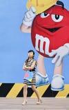 Κινεζικό κορίτσι μπροστά από το μεγάλο πίνακα διαφημίσεων M&M ` s, Σαγκάη, Κίνα Στοκ Εικόνα
