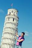 κινεζικό κορίτσι που κλίνει τον πύργο της Πίζας στοκ φωτογραφίες