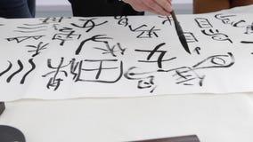 Κινεζικό κορίτσι που σύρει τα κινεζικά ieroglifs, την εθνική τέχνη, το γράψιμο και το σχεδιασμό φιλμ μικρού μήκους