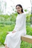 Κινεζικό κορίτσι που φορά ένα άσπρο φόρεμα Στοκ εικόνα με δικαίωμα ελεύθερης χρήσης