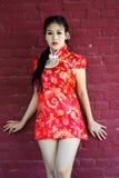 Κινεζικό κορίτσι στο παραδοσιακό κινέζικο cheongsam που ευλογεί Στοκ Εικόνα