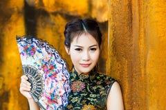 Κινεζικό κορίτσι στο παραδοσιακό κινέζικο cheongsam Στοκ φωτογραφία με δικαίωμα ελεύθερης χρήσης