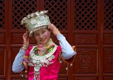 Κινεζικό κορίτσι Yunnan στο εθνικό φόρεμα Στοκ Εικόνα