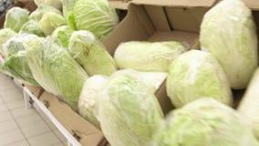 Κινεζικό λάχανο πολύ λάχανο Πεκίνου βρίσκεται στα κουτιά από χαρτόνι της υπεραγοράς φιλμ μικρού μήκους