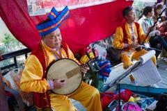 Κινεζικό μέσο ενήλικο άτομο που παίζει το μουσικό όργανο Στοκ Εικόνες