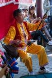 Κινεζικό μέσο ενήλικο άτομο που παίζει το μουσικό όργανο Στοκ Εικόνα