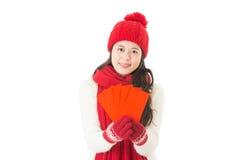 κινεζικό νέο έτος ασιατική γυναίκα χαμόγελου που δίνει τον κόκκινο φάκελο Στοκ Φωτογραφίες