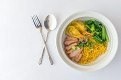 Κινεζικό νουντλς αυγών με το χοιρινό κρέας σχαρών Στοκ εικόνα με δικαίωμα ελεύθερης χρήσης