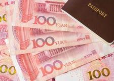 Κινεζικό νόμισμα και διαβατήριο τραπεζογραμματίων Yuan Στοκ φωτογραφίες με δικαίωμα ελεύθερης χρήσης