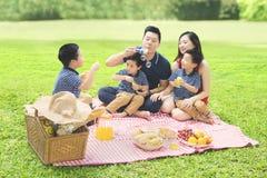 Κινεζικό οικογενειακό παιχνίδι με το σαπούνι φυσαλίδων στο πάρκο Στοκ φωτογραφία με δικαίωμα ελεύθερης χρήσης