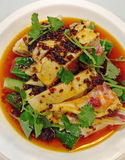 Κινεζικό ορισμένο μεθυσμένο κοτόπουλο που ενυδατώνεται στο καυτό πικάντικο Sichuan τσίλι Στοκ Εικόνα