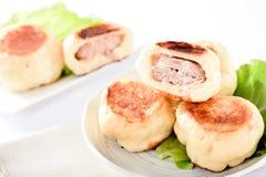 Κινεζικό παραδοσιακό παν-τηγανισμένο τρόφιμα κουλούρι στο άσπρο πιάτο που απομονώνεται Στοκ Φωτογραφίες
