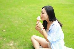 Κινεζικό πορτρέτο της νέας ευτυχούς γυναίκας που τρώει το παγωτό Στοκ εικόνες με δικαίωμα ελεύθερης χρήσης